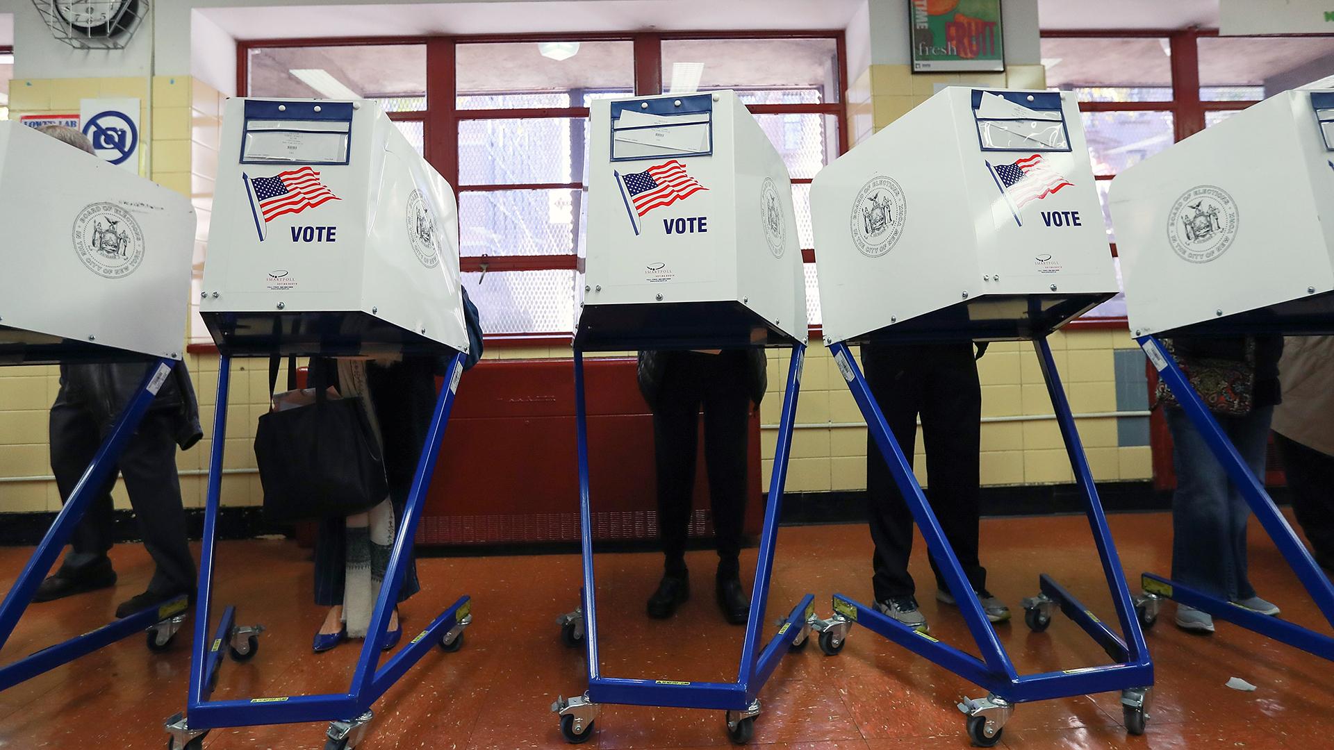 Voters hidden in voting booth-159532.jpg26857395
